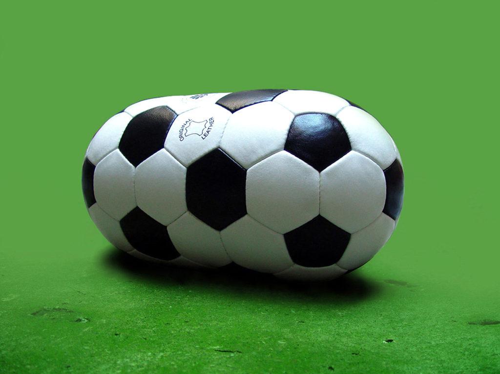 Laurent Perbos, Ballon², 2018. Ballon de football en cuir, dimensions réglementaires au carré.